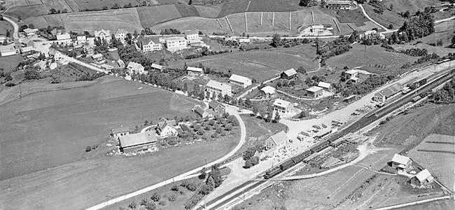 På bildet, tatt på 1950-talet, ser ein korleis jordbruket fortsatt prega sentrum av Bø.