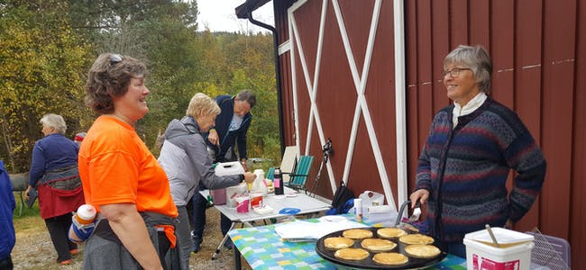 ÅRETS BØMARSJ: Det er tid for Bømarsjen, denne gongen med utgangspunkt i Østli. Bildet er frå marsjen i 2017, med Bergit Li bak disken og Trude Lindgren framom.