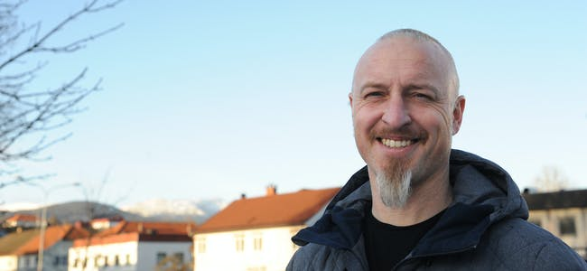 PLATE OG KONSERT: Jon Solberg, låtskrivar og frontfigur i Ni Liv, gler seg til plateinnspeling. Plateslepp med konsert blir i Gullbring i mai. Foto: Gro B. Røiland