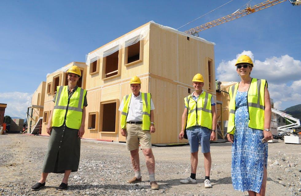 GLADE FOR NY SKULE: Ordførar Siri Blichfeldt Dyrland og Svein Tore Bakaas, Hans Kortner Ryen og Mette Haugholt i byggekomiteen er glade for det nye skulebygget som nå tek form på Gvarv.