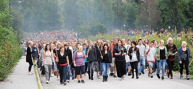 UNGE ARBEIDERPARTIPOLITIKARAR: Det var Bø Arbeiderparti som tok initiativet til toget og til venstre i front ser me blant andre Karin Hagen, Gerd Sunniva Storhaug og Silje Dalen. Heile 3.000 deltok i toget.