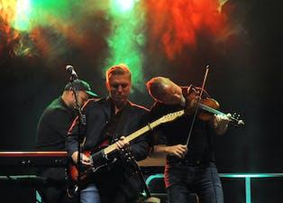 NI LIV I AMFIET: Jan Birger Akerhaugen og Jon Solberg under laurdagens festivalkonsert med Ni Liv i Gullbring amfi. Alle foto: Gro B. Røiland