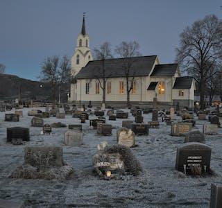 Bøhaugen Bø kyrkje gamlekyrkja vinter blått lys rim frost vinterstemning monument gravsteinar minnelund utsikt bø sentrum