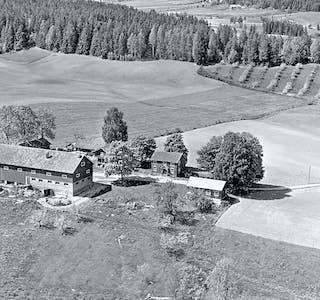Flyfotoet er tatt frå aust. Vi ser at vegen i 1950-åra gjekk gjennom tunet på Nistugu.