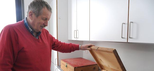 SPENNANDE KASSE: Svein Tore Bakaas,  i byggekomiteen undersøker trekassa med diverse indre organ.