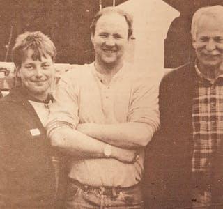 5 av dei 7 samla på lagringsplassen ute: F.v. Morten Vestgarden, Bjørn Tore Anundskås, Lars Kåre Haugen, Gunnar Hagen og Arne Bjørn Fossland.