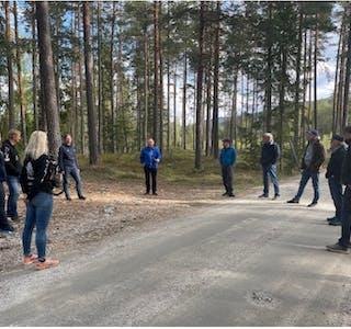SYNFARING: Midt-Telemark Senterparti på synfaring i samband med handsaming av kommuneplanens arealdel. Her ved Folkestadåsen der