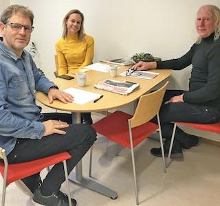 GODT MED FLEIRE PÅ LAGET. F.v. salsansvarleg Rune Digranes Bøen, marknadskonsulent og leiar i Sentrumsringen, José Bakker, og frilansseljar Jan Sigurd Pettersen på planleggingsmøte.