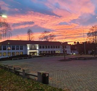 FÅR 1,4 MILLIONAR. Fylkesmannen har fordelt koronakompensasjon til kommunane i Vestfold og Telemark. Midt-Telemark får denne gong over 1,4 millionar kroner.
