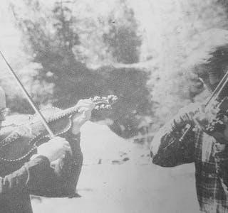 Asbjørn Storesund og Kjell Bitustøyl kappspelar med fosseduren.