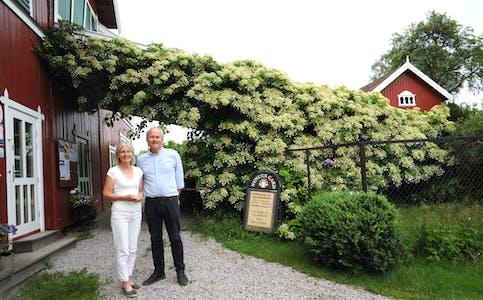 VERTSKAP: Kari Nyhuus Holtskog og Halvor Holtskog er klare til å ta imot kunstnarar og publikum på det som blir den 17. sommarutstillinga i rekkja.