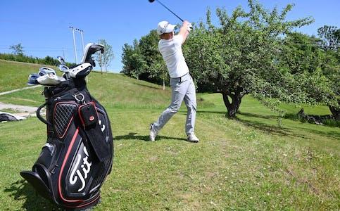 GOLFTALENTILIHEIA: Mathias Ladiszlaidesz har gjort lynkarriere i golfsporten. Denne veka spelar han junior-NM for laget sitt, Norsjø golfklubb. Her er han i sving på treningsbana heime i hagen.