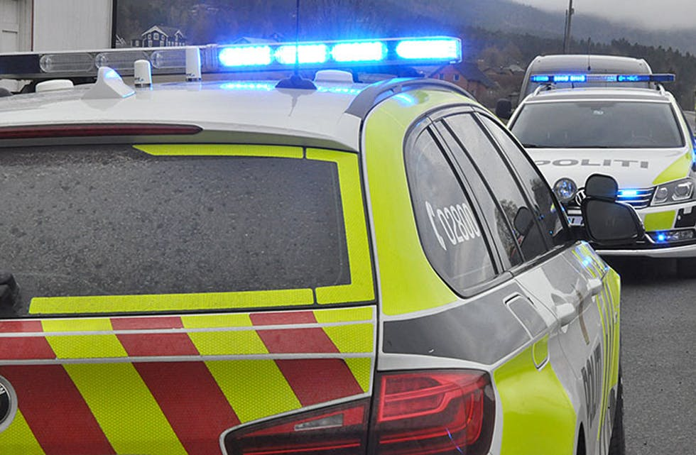 Bilulykke riksveg 36 r36 ved hengebruvegen hengebrua to bilar utfor vegen ulykke politi ambulanse brann måndag 3. mai