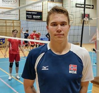SAMLINGPÅSORTLAND:Endre Tvinde representerer Skarphedin volleyballklubb på samling med ungdomslandslaget. Foto: Frode Tvinde