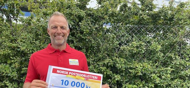 VINNARLODD:Postkodelotteriet vil kontakte nokre heldige vinnarar i Bø i morgon.   postkodelotteri, Tom Stiansen