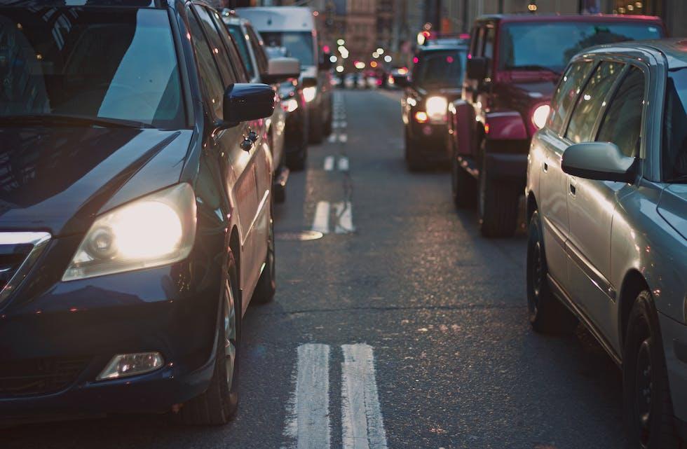 ILLUSTRASJONSFOTO. Minka bilbruk, fleire elbilar og flere energieffektive bilar er faktorar som påvirker drivstoffsalet.