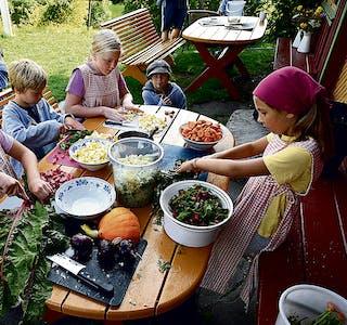 210812 Sommarviku på Evju 100821 8068 grønsaker Frida, Tobias, Anna Nikoline og Ester