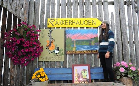 LOKAL INSPIRASJON: Til årets Sankthansrock på Patmos måla Kate Ladino bilde inspirert av rosemåling, musikkliv på Akkerhaugen, Sauarelva som ho bur like ved og fugleliv.