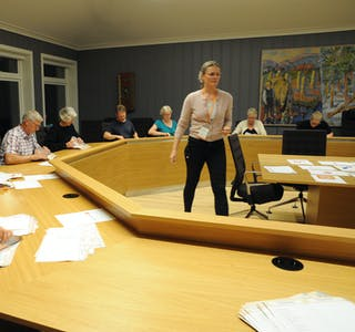 STEMMETELLING: Tellekorpset er på plass i i kommunestyresalen.