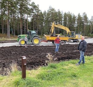 MYKJE ARBEID: Arthur Bø (f.h.), Andres Hegna og Runar Stenstad er i full gang med arbeidet på den bakerste delen av campingplassen.