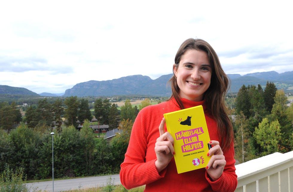 BOKDEBUTANT: Med utsikt både til Eriksteinfjella og Gygrestolen har Johanne Scheen Jahnsen skrive debutboka.