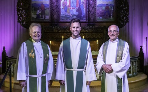 AVSKJEDSGUDSTENESTE. F.v Prost Asgeir Sele, kapellan Kristian Gotehus Køhn og sokneprest Axel J. Bugge.