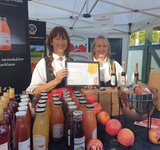 BESTE SALSBOD: Torunn Irene Vale (t.v.) og Anne Synnøve Vale Aase fekk prisen for beste salsbod på marknaden under Norsk Eplefest.