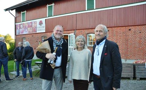 EI STRÅLANDE UTSTILLING: F.v. eplefestkunstnar Jonny Andvik og gallerieigarar Kari Nyhuus Holtskog og Halvor Holtskog. Dei var alle strålande fornøgde med opninga av årets eplefestutstilling.