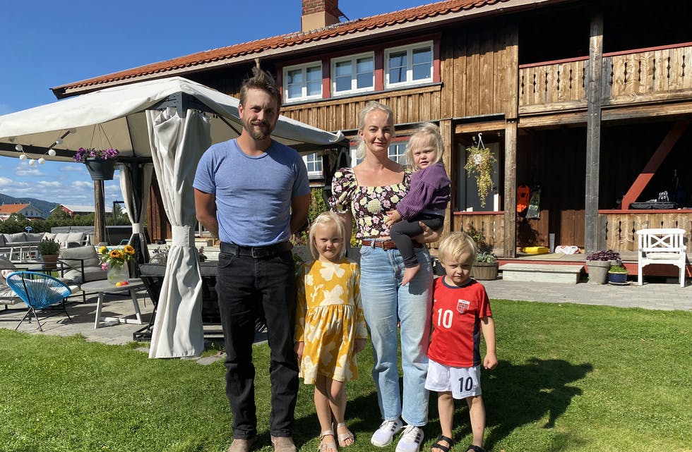 SATSAR: Gåthaug gard blir drive av Fredrick Kaasa og Anne Marte Sperre Kaasa. Dei tre barna Caroline, Halvor og vesle Julie får vere med på mykje og har god plass til å leike på garden.