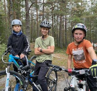 SYKKEL UNG: (f.v.) Mantvydas Peciulis, Luca Zacharias Pedersen og Emil Iversen synes det er veldig gøy å være med på terrengsykling.