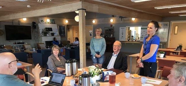 INFORMERTE ELDRERÅDET: Anne Lene Haugan (bak f.v.) og fagleiar Merete Pladsen Schei informerer Eldrerådet om nysatsinga jodacare.
