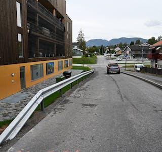 BLEI DISKUTERTIPLANUTVALET: ILektorvegen forbi Høgvoll er det sett opp autovern i staden for ein mur. Vegen kan derfor ha blitt smalare enn kommunal norm.