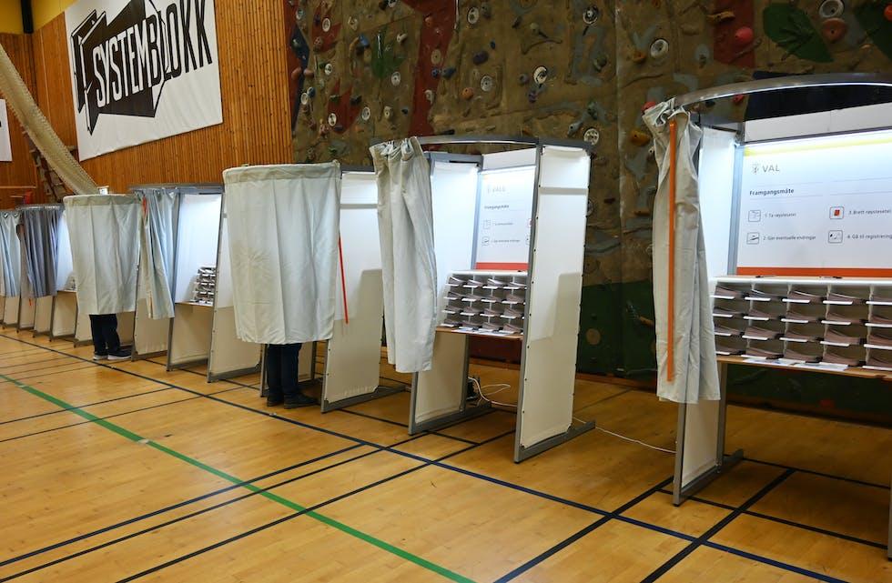 STORTINGSVALET2021: Her bak gardinene i vallokalet har årets Stortingsval blitt avgjort. Bilde frå Bø valkrins, i Gullbring kulturanlegg.
