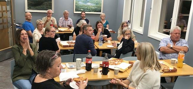 STORTINGSVALET2021:Responsen i tellekorpset i Midt-Telemark kommune da førehandsstemmene blei presentert klokka 21. Ordførar Siri Blichfeldt Dyrland (Sp) til venstre i bildet