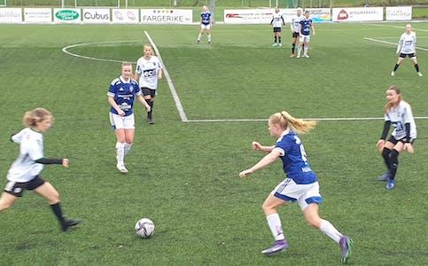 TO KAMPAR: Begge A-laga til Skarphedin fotball på seniornivå har spelt en bortekamp denne veka. Her frå da damene møtte Hønefoss BK 2 på Sandvoll tidlegare i haust.