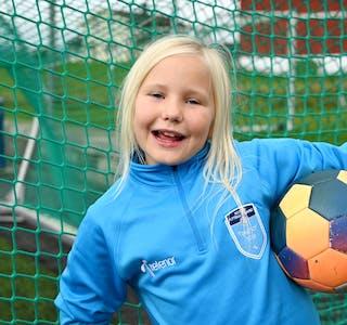 Barnepraten: Mildred likar fotball i tillegg til taco. Foto: Øystein Akselberg