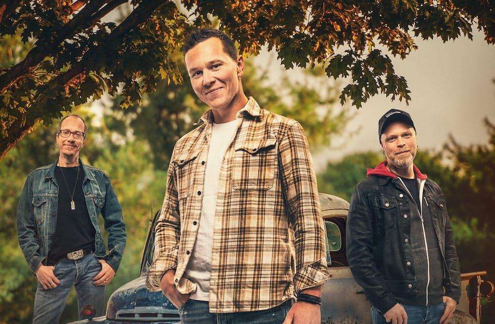 HEIMVEG: Heimveg, med Erik Damberg (f.v.), bøheringen Christian Ajer og Erik Norheim, jobbar mot debutalbum og konsertar i 2022. Tre låtar på Spotify med gode strøymetal lovar godt, meiner plateselskapet.