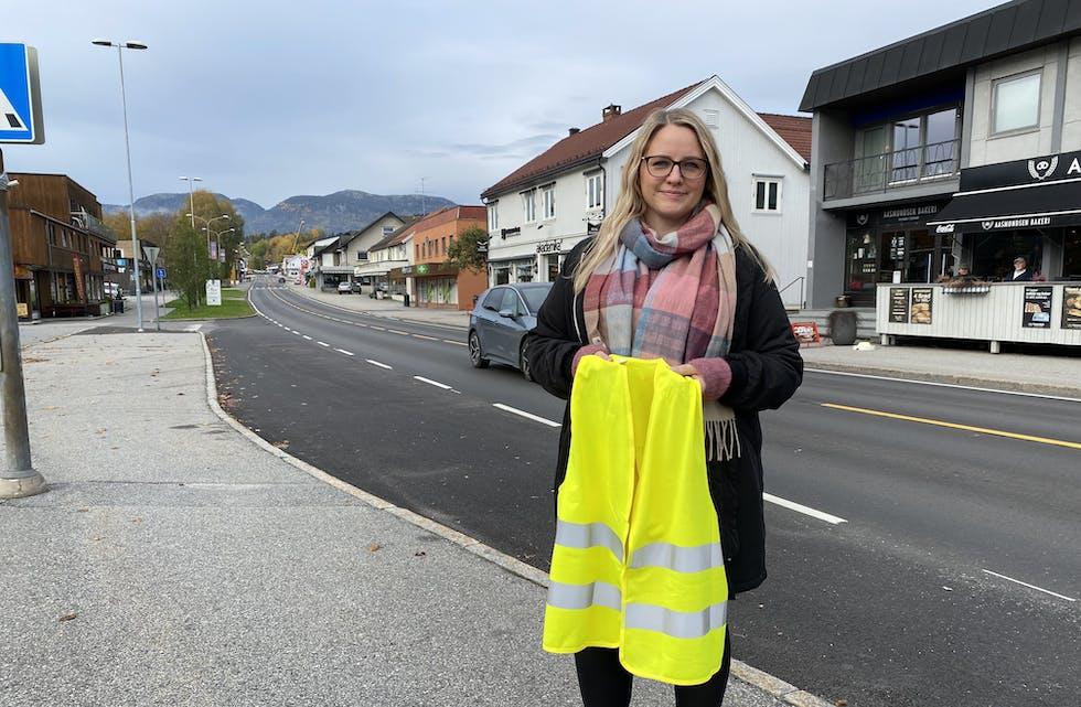 BRUK REFLEKS: Karin Hagen i Trafikksikkerhetsutvalet i fylkeskommunen oppfordrar alle vaksne til å bli flinkare til å bruke refleks.
