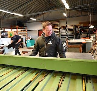 IVERKSTADHALLEN: Kittil Halvard Hørte på Hørtefossen AS demonstrerer bruk av knekkemaskina for tillaging av vindaugsbeslag. ALLE FOTO: Øystein Akselberg