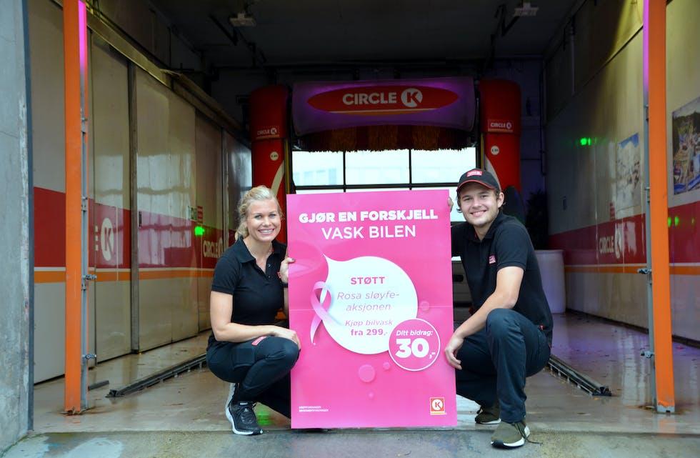 ROSA MÅNAD: Oktober er månaden for Rosa sløyfe-aksjonen. I fjor fekk Circle K Bø, med Malene Stenstad og Sander Mæland, inn mest pengar av Circle K stasjonane i Telemark. Arkivfoto